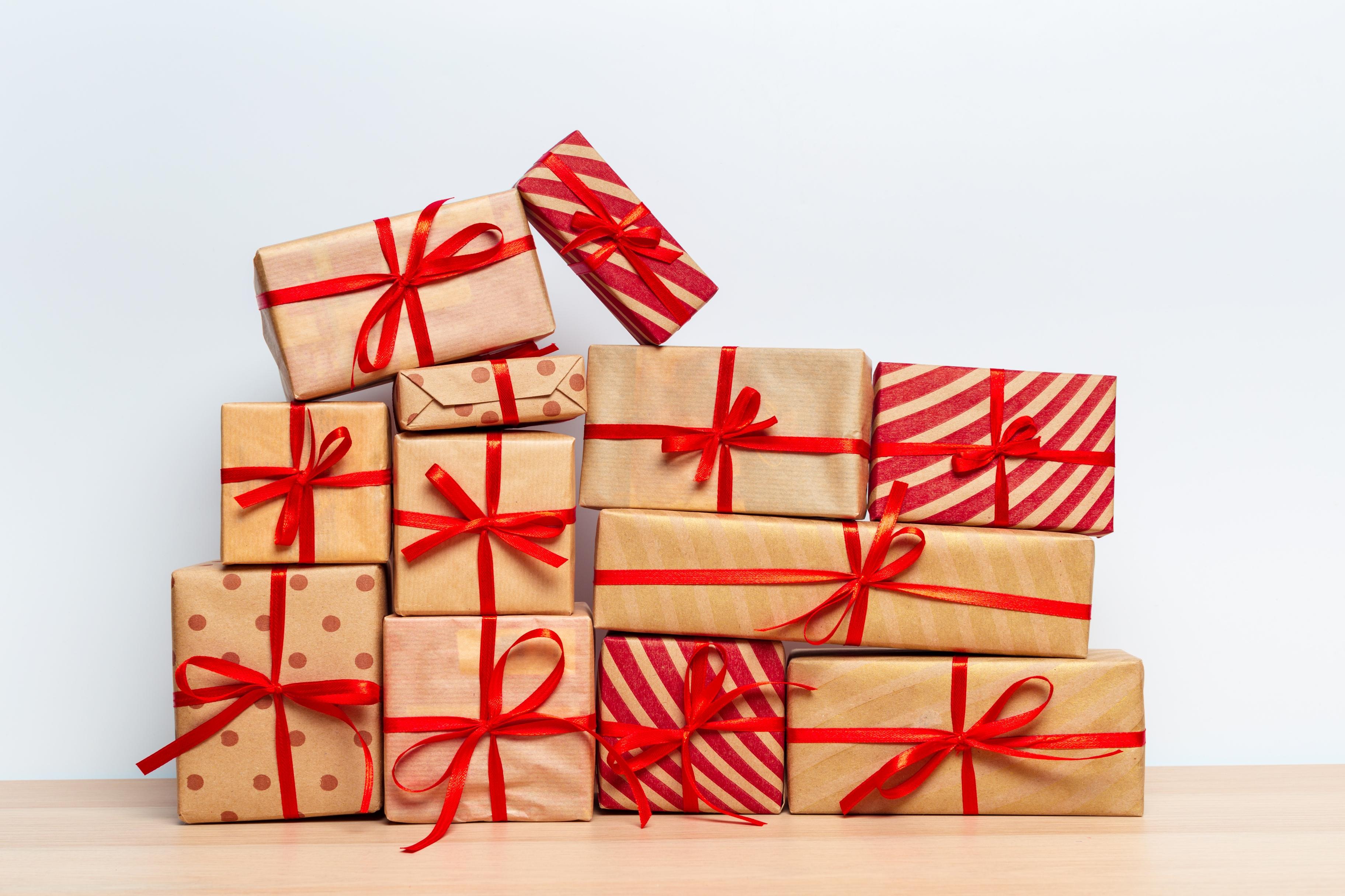 098180981-christmas-gift-box-tablet